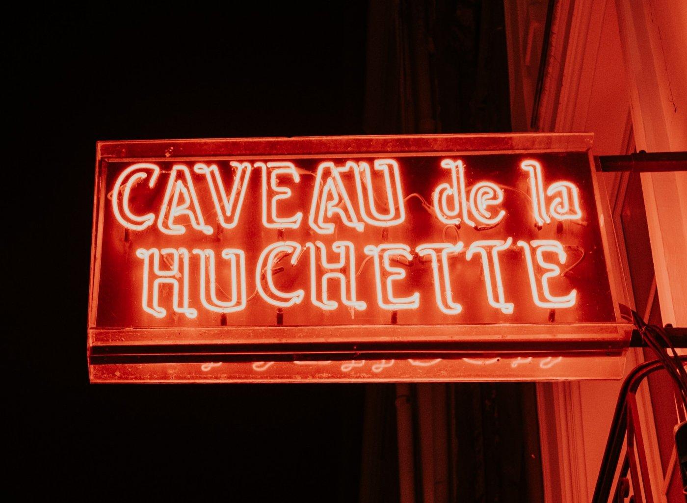 Enseigne lumineuse du Caveau de la Huchette